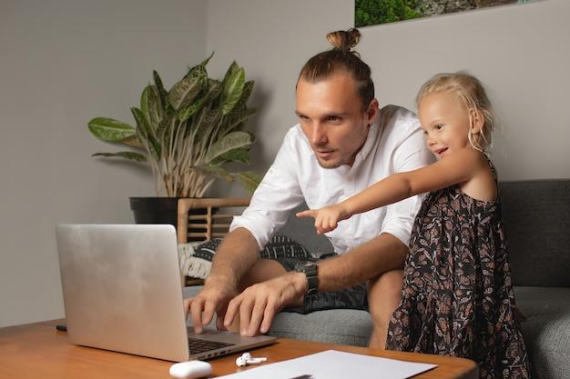 L'homme travaille à la maison. photo de haute qualité