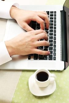 Homme, travailler, ordinateur portable, sur, table, gros plan