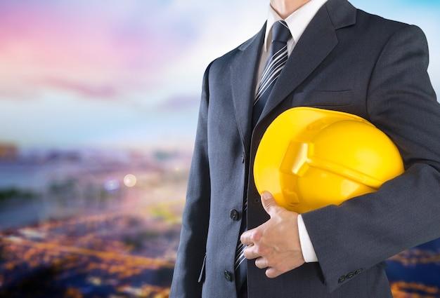 Homme travailleur avec casque sur fond