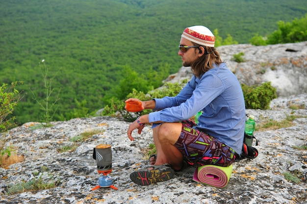 Homme de trekking au sommet de la montagne en crimée
