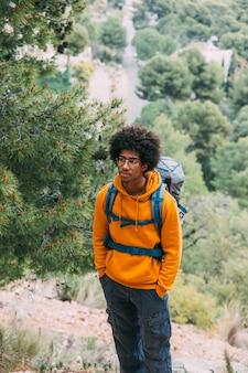 Homme, trekking, dans montagnes