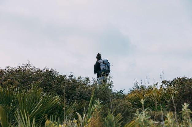 Homme trekking dans la nature
