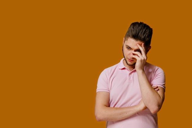 Un homme triste a besoin d'un psychologue parce qu'il s'est séparé d'une fille