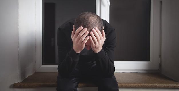 Homme triste et déprimé caucasien à la maison.