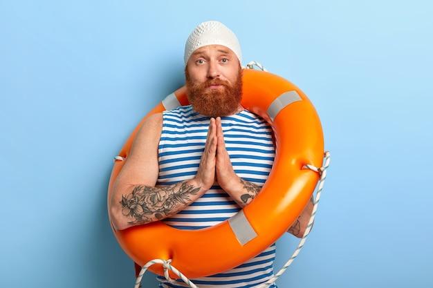Un homme triste et foxy demande de l'aide à un instructeur de natation, veut apprendre à nager