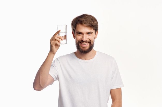 Homme en tshirt blanc fond clair de soins de santé