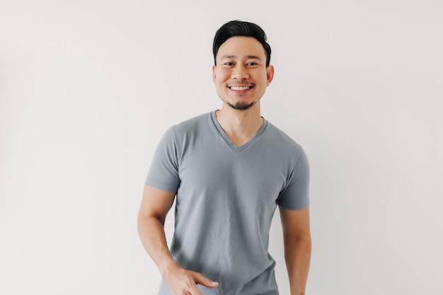 Homme en tshirt bleu isolé sur blanc