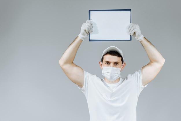 Homme en uniforme blanc gants et masque sur un