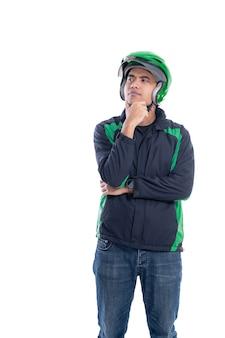 Homme avec uniforme et casque pensant