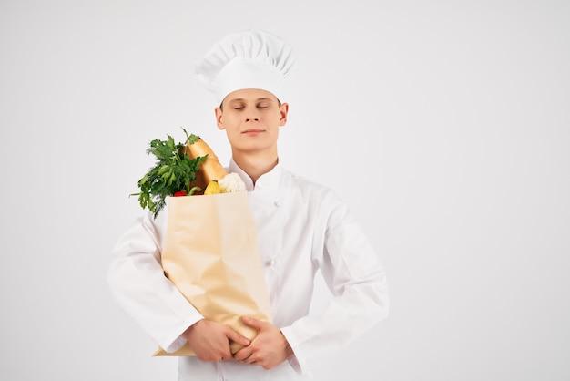 Homme en uniforme de chef service de supermarché de livraison de nourriture