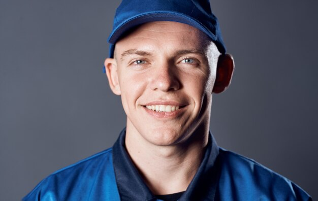 Homme en uniforme de travail bonnet bleu vue recadrée service de travail