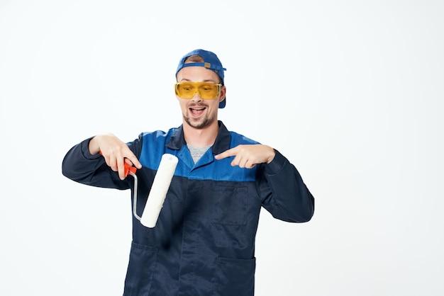 Homme en uniforme de travail décorateur de peinture de réparation