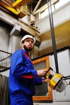 Homme, usine, télécommande dans les mains