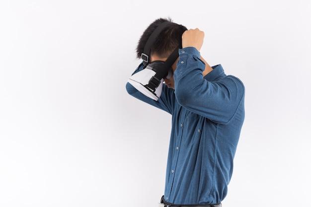 Homme utilisant le casque de réalité virtuelle