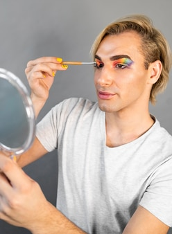 Homme utilisant des cosmétiques de maquillage