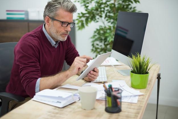 Homme utilisant internet sans fil au bureau