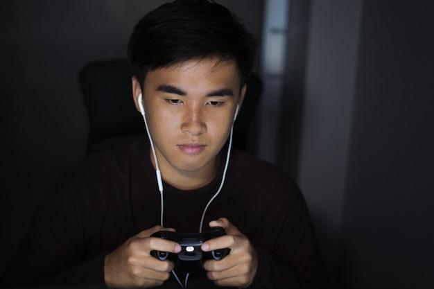 Homme utilisant joystick pour jouer à des jeux