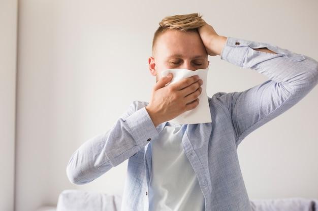 Homme utilisant un mouchoir