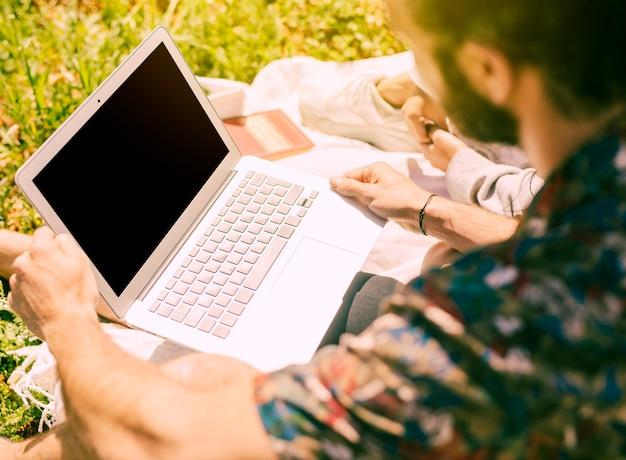 Homme utilisant un ordinateur portable au repos