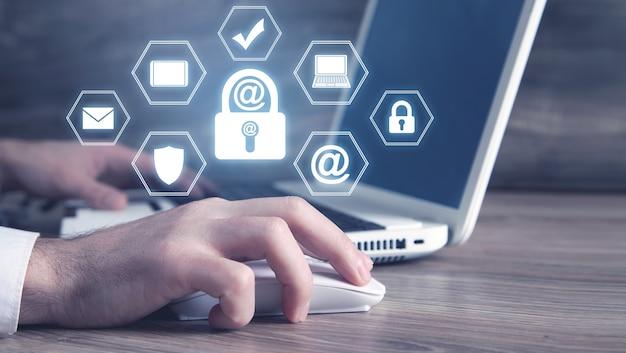 Homme utilisant un ordinateur portable blanc. sécurité des e-mails