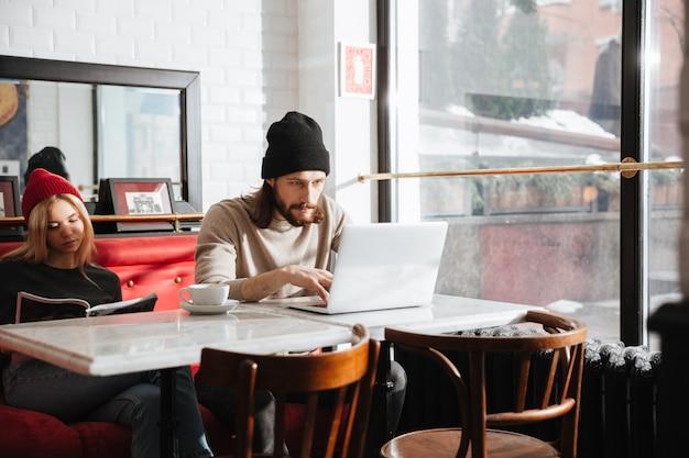 Homme utilisant un ordinateur portable près de la petite amie