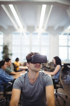 Homme utilisant la réalité virtuelle casque