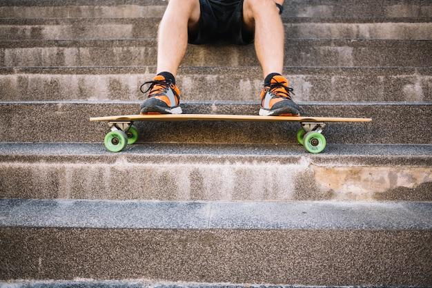Homme utilisant un skateboard