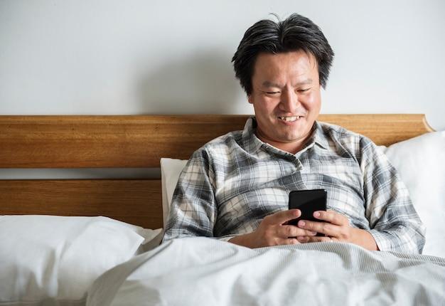 Un homme utilisant un smartphone
