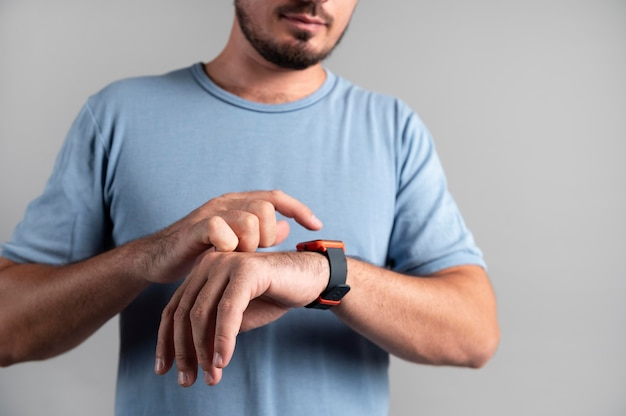 Homme utilisant une smartwatch avec un assistant numérique