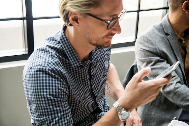 Homme utilisant son smartphone pour se connecter à internet