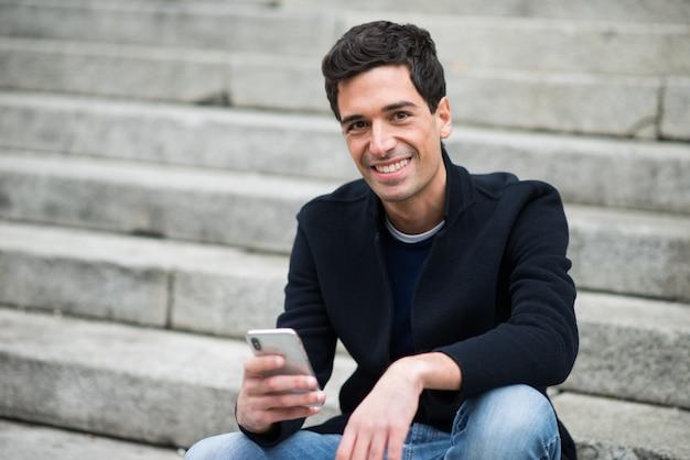 Homme utilisant son téléphone portable