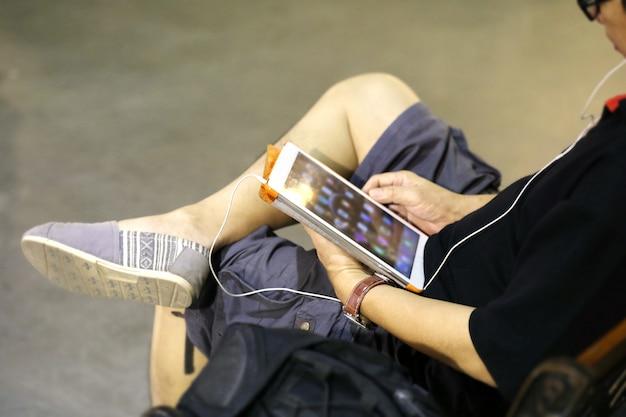 Homme utilisant une tablette