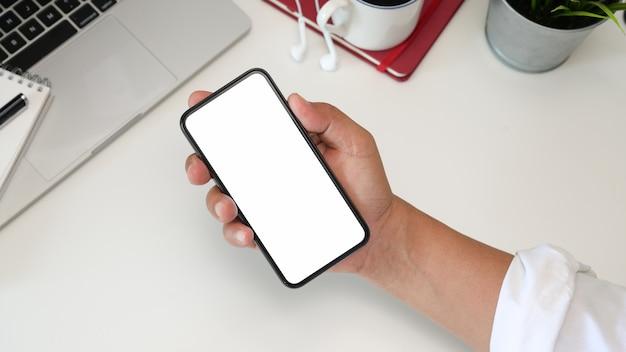 Homme utilisant un téléphone portable au bureau