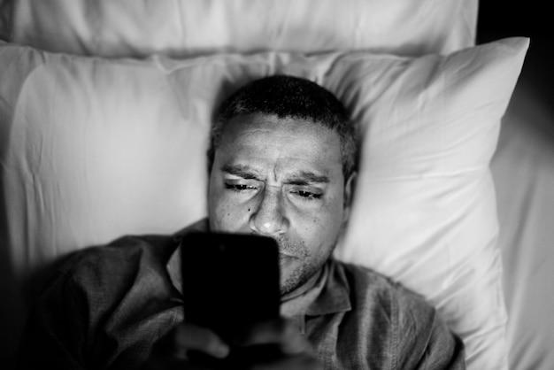 Homme utilisant un téléphone portable