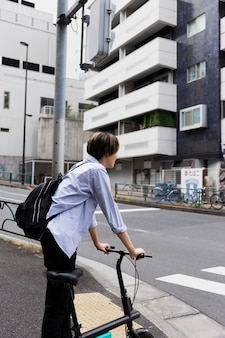 Homme utilisant un vélo électrique dans la ville