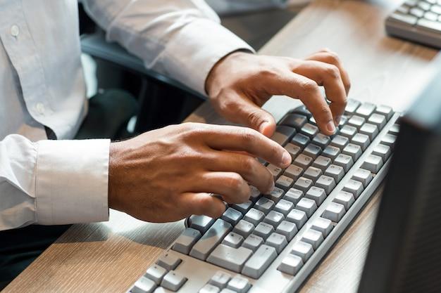 Homme, utilisation, clavier ordinateur