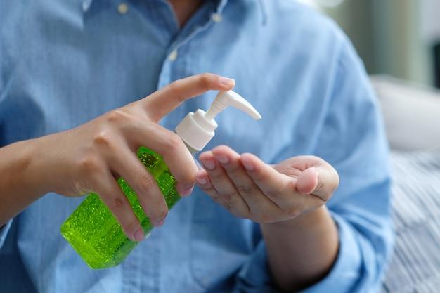 Homme, utilisation, désinfectant pour les mains, gel, dispenser
