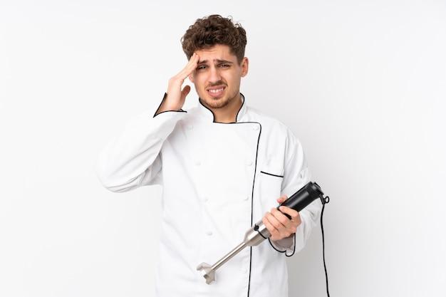 Homme, utilisation, mélangeur main, blanc, mur, malheureux, frustré, quelque chose