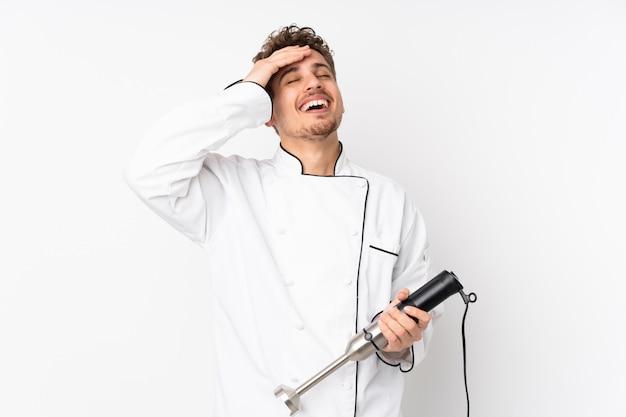 Homme, utilisation, mélangeur main, blanc, mur, rire