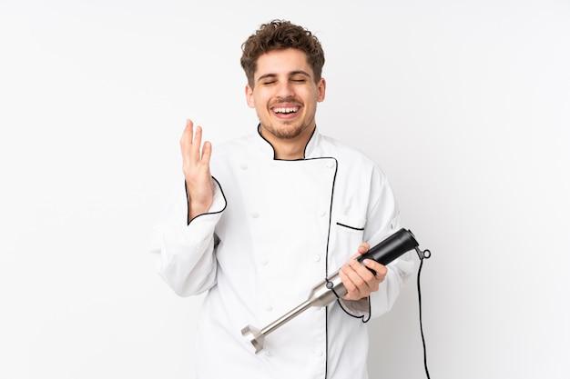 Homme, utilisation, mélangeur main, blanc, rire