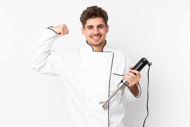 Homme, utilisation, mélangeur main, isolé, blanc, mur, confection, geste fort