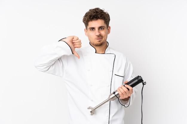 Homme, utilisation, mélangeur main, isolé, blanc, mur, projection, pouce bas, signe