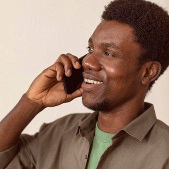 Homme, utilisation, smartphone, et, conversation, gros plan