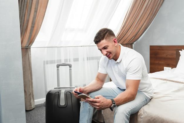 Homme, utilisation, smartphone, dans, chambre hôtel