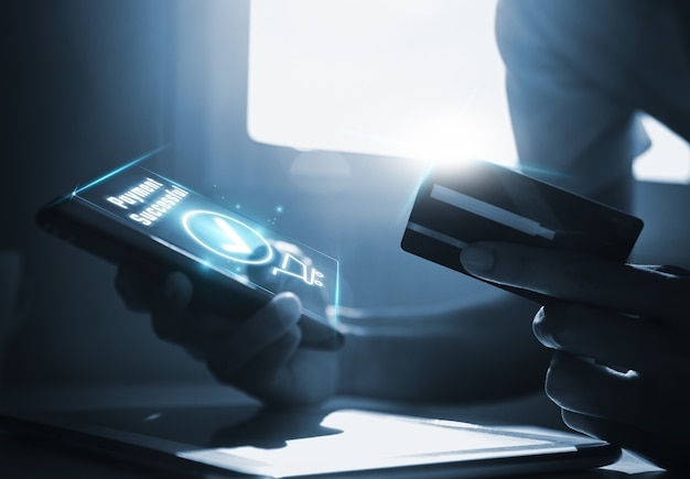 Homme, utilisation, smartphone, et, tenue, carte de débit
