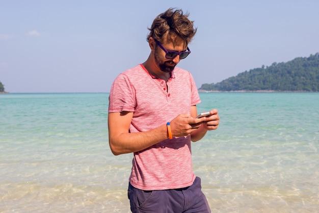 Homme, utilisation, téléphone portable, plage