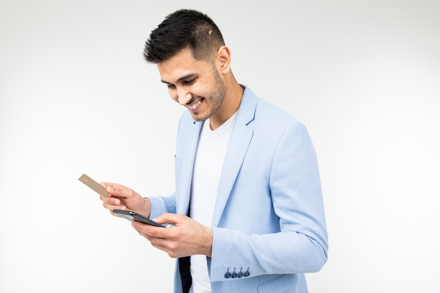 L'homme utilise cashback tenant une carte de crédit et un smartphone dans sa main