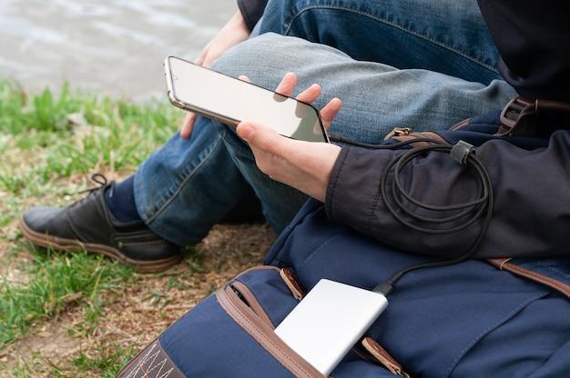 L'homme utilise un smartphone au bord des rivières