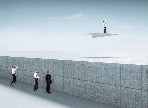 L'homme utilise une stratégie non conventionnelle pour résoudre un problème