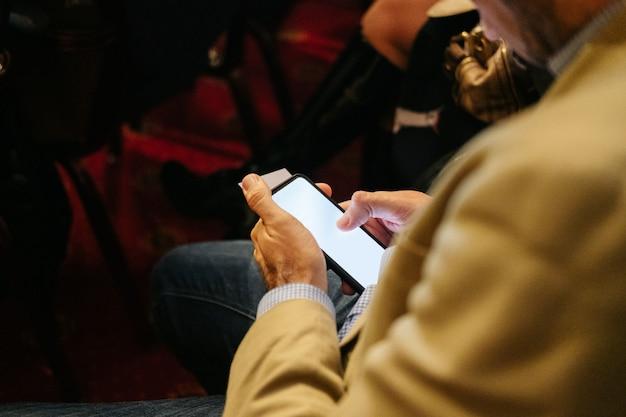 L'homme utilise un téléphone portable dans un congrès